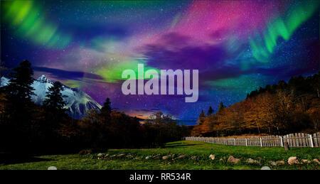Muy pintorescas vistas de las montañas del norte y el bosque con las montañas. La belleza de la naturaleza del norte a principios de otoño Imagen De Stock