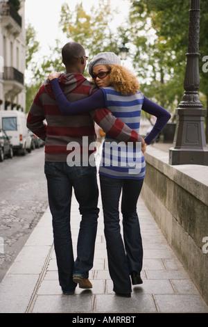 Vista trasera de la pareja africana caminando Imagen De Stock