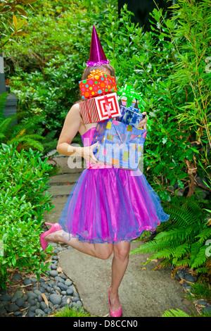Mujer en atuendos de fiesta celebración presenta Imagen De Stock