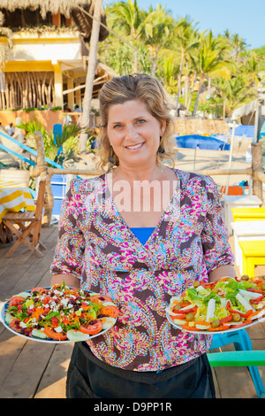 Mujer sosteniendo platos de comida mexicana Imagen De Stock