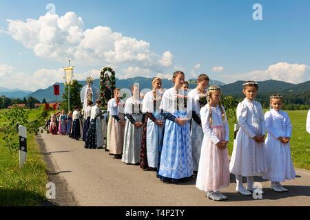 Procesión de Corpus Christi, creyentes en trajes tradicionales, Baviera, Isarwinkel Tolzer Wackersberg, tierra, Alta Baviera, Baviera, Alemania Imagen De Stock
