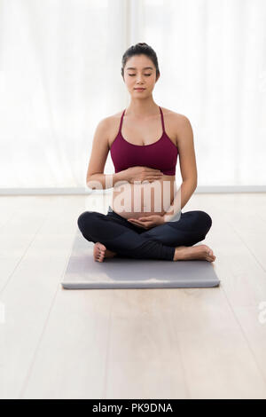 Tocar mujer embarazada vientre Imagen De Stock