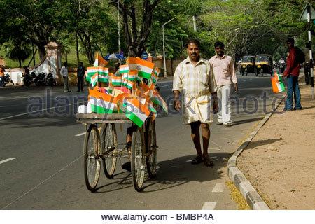 Los vendedores de bandera en la víspera del día de la independencia en Trivandrum Imagen De Stock
