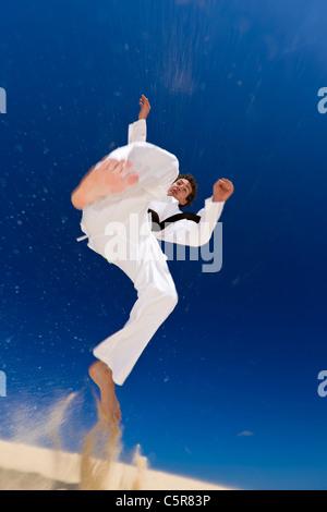 Un artista marcial en spinning kick. Imagen De Stock