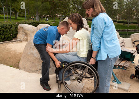 Boy a ayudar a su tía levante su madre hasta un paso en el parque. Señor © Myrleen Pearson ...Cate Ferguson Imagen De Stock