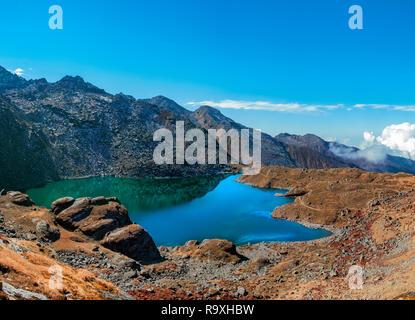 Hermoso lago Gokyo en Nepal, con sus aguas color turquesa. Imagen De Stock