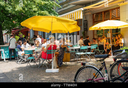 Cafetería concurrida en verano Bodvar en Prenzlauer Berg en Berlín, Alemania Imagen De Stock