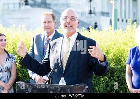 """Representante estadounidense Ted Deutch (D-FL) abogar por la aprobación de la """"Prevención de la Crueldad contra los animales y la Ley de la tortura"""" o """"pacto"""" en el Capitolio en Washington, DC. Imagen De Stock"""