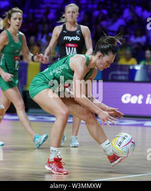 Niamh Cooper (IRL) en acción durante la vitalidad Netball World Cup 2019 a M&S Bank Arena, Liverpool, Reino Unido.Nueva Zelandia beat Irlanda: 77-28 Imagen De Stock