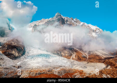 Hermosa nube rodeado Langtang Lirung Langtang valle glaciar en Nepal Imagen De Stock