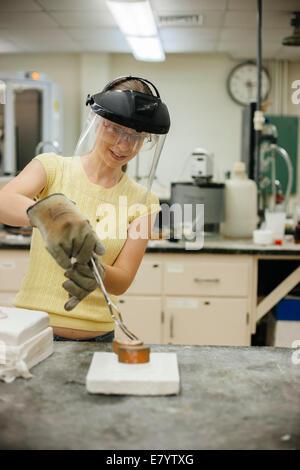 Molder en el trabajo en el taller de fundición Imagen De Stock