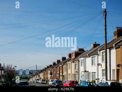 Las líneas telefónicas que irradian desde un poste de telégrafo, Ladysmith Road, Brighton Imagen De Stock