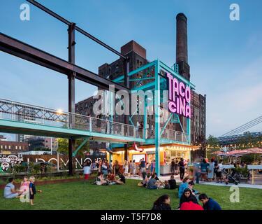 Tacocina restaurant con el telón de fondo de la antigua fábrica de azúcar de Domino. Domino Park, Brooklyn, Estados Unidos. Arquitecto: James Corner Field Opera Imagen De Stock