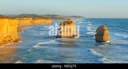 Pilas de piedra caliza de los doce apóstoles a lo largo del litoral costero en Princetown, Great Ocean Road en Victoria, Australia Imagen De Stock
