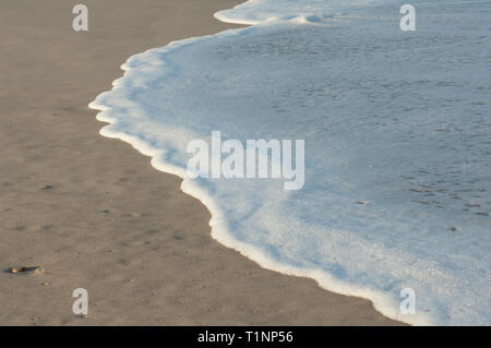 Entrada de las olas en la playa de Surf cerca de Lompoc, California central coast. Fotografía Digital. Imagen De Stock