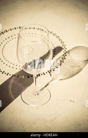 Sombra de vaso vacío y una botella de vino en la mesa. Concepto de imagen bebiendo y soledad. Imagen De Stock