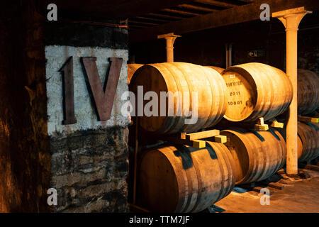 Ver barriles de whisky escocés en el almacén en la Destilería Bowmore en la isla de Islay en Inner Hebrides de Escocia, Reino Unido Imagen De Stock