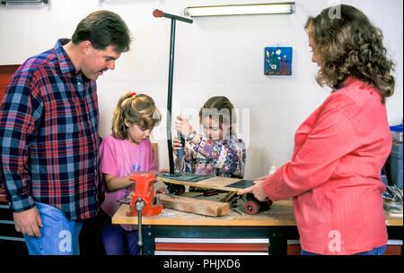 Familia trabajando juntos en la casa taller del garaje. Señor © Myrleen Pearson ...Cate Ferguson Imagen De Stock