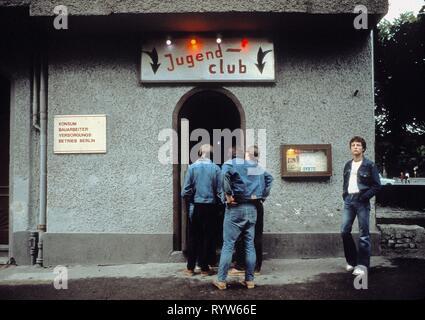 Club de jóvenes oficiales del libre movimiento juvenil alemán (FDJ) en un barrio del este de Berlín, Alemania. 1982 Imagen De Stock