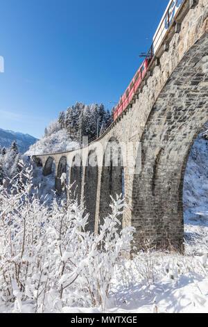 Bernina Express tren el Landwasser Viadukt, Sitio del Patrimonio Mundial de la UNESCO, Filisur, Valle de Albula, en el cantón de Graubunden, Suiza, Europa Imagen De Stock
