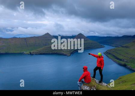 Los excursionistas, Funningur fjord, Isla Eysturoy, Islas Feroe, Dinamarca, Europa Imagen De Stock