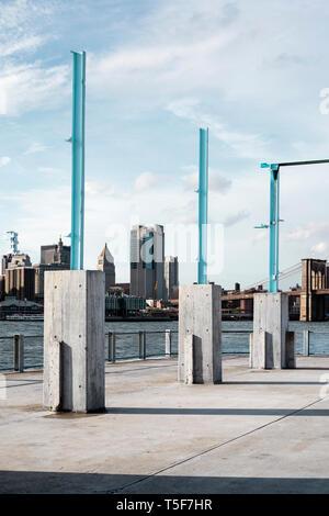 El paseo alrededor del perímetro con restos de la antigua estructura del almacén. Puente de Brooklyn Park Pier 3, Brooklyn, Estados Unidos. Architec Imagen De Stock