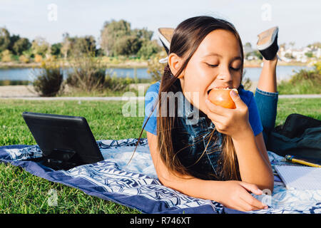 Chica disfrutando de apple, Long Beach, California, EE.UU. Imagen De Stock