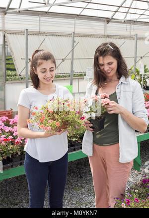 Madre e hija del Cáucaso para compras de flores Imagen De Stock