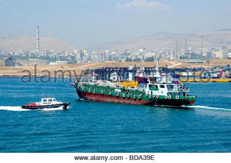 Una barcaza en el Pireo Grecia Imagen De Stock