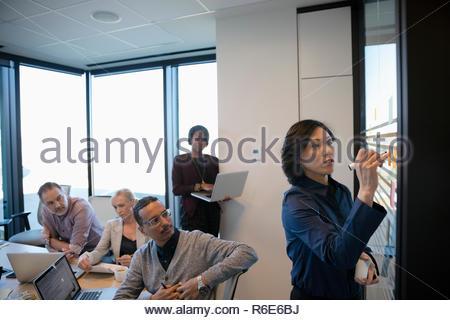 Reunión de sala de conferencias líder empresaria Imagen De Stock