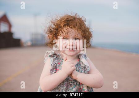 Chica con pelo rojo rizado en la costa, Retrato Imagen De Stock