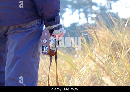 Persona sosteniendo un estilo retro cámara en mano Imagen De Stock