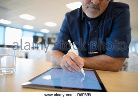 Empresario utilizando digital tableta con lápiz en Office Imagen De Stock
