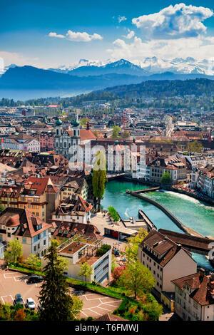 Vistas de Lucerna con puente Kapell, tomado de Museggmauer Imagen De Stock