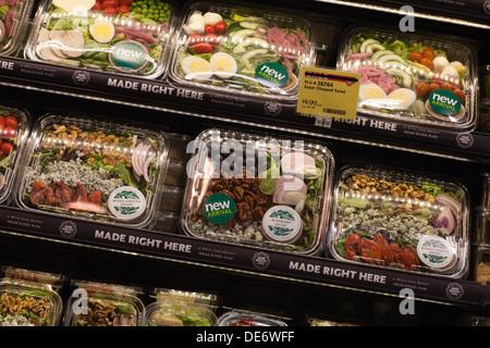 Variedad de ensaladas envasadas vendidos en la tienda de comestibles, de Estados Unidos. Imagen De Stock