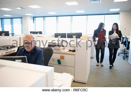Las personas de negocios que trabajan en oficina abierta Imagen De Stock