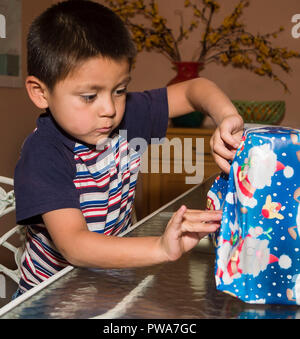 Niño Pequeño envoltorio de regalo de Navidad. Serie de 7 imágenes. Señor © Myrleen Pearson ...Cate Ferguson Imagen De Stock