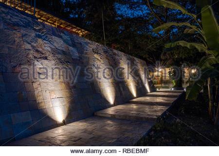 Ruta iluminada hasta el hotel. Jalakara Villa Hotel, Islas Andamán y Nicoar, India. Arquitecto: Ajith Andagere, 2016. Imagen De Stock