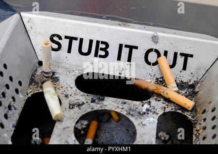 Ramal fuera mensaje en metal cenicero de la calle Imagen De Stock