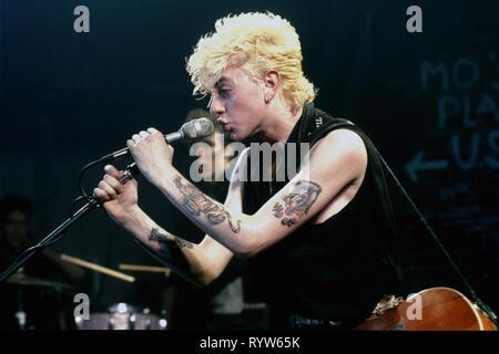 Americana La banda rockabilly Stray Cats en el escenario en el Markthalle de Hamburgo, Alemania. En mic: Brian Setzer, y en el fondo, Slim Jim Phantom. El 15 de abril, 1981 Imagen De Stock