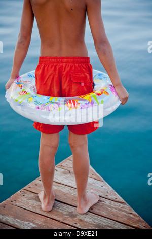 Joven luciendo anillo flotante en el muelle Imagen De Stock