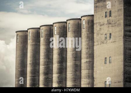 El exterior del viejo edificio industrial. Arquitectura de hormigón. Fábrica abandonada. Imagen De Stock