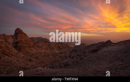 Puesta de sol sobre la carga Muchacho montañas, desierto de Colorado, el Condado de Imperial, California, Estados Unidos Imagen De Stock