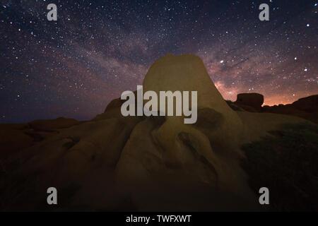 Cráneo de roca y la Vía Láctea, el Parque Nacional Joshua Tree National Park, California, Estados Unidos Imagen De Stock