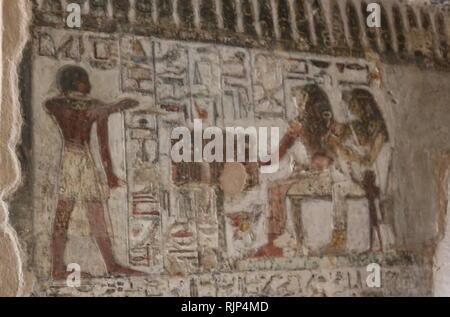 """Una fotografía tomada dentro de la tumba de Renni, el """"Supervisor de los sacerdotes de Nekhbet' en el momento de Amenhotep I en Elkab, situado a 90 km al sur de Tebas. Amenhotep I fue el segundo Faraón de la decimoctava dinastía de Egipto. Su reinado es generalmente a partir de la fecha de 1526 a 1506 A.C. Imagen De Stock"""