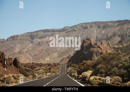 Camino Recto hacia las montañas, Tenerife, Islas Canarias, España Imagen De Stock