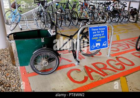 Aparcamiento para bicicletas de carga, Addenbrooke's Hospital de la Universidad de Cambridge, Inglaterra Imagen De Stock