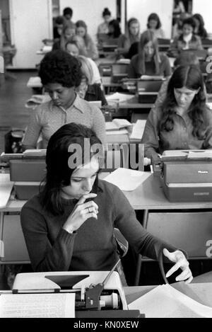 Servicio de mecanografía 1970 oficina de Londres en el Reino Unido trabajan mujeres trabajadoras 70s Inglaterra Imagen De Stock