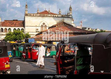 Sri Lanka, Colombo, distrito Pettah, popular y el distrito de compras, el antiguo ayuntamiento construido en 1873 en el fondo Imagen De Stock
