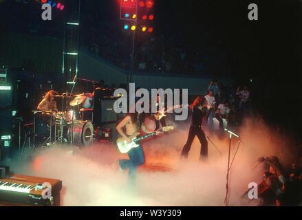 LONG BEACH, CA - 20 de noviembre: (L-R) músicos Ian Paice, Glenn Hughes, Ian Gillan cantante y músico Ritchie Blackmore de Deep Purple en conciertos en Long Beach Arena el 20 de noviembre de 1974 en Long Beach, California. Imagen De Stock